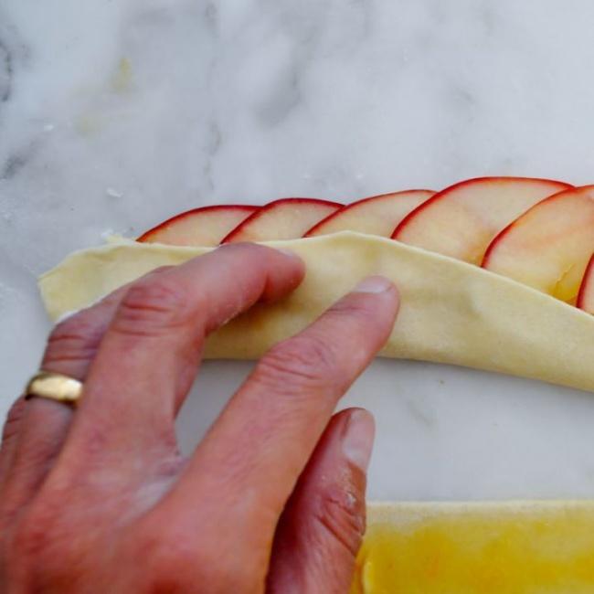Как сделать слойки с яблоками из слоеного теста