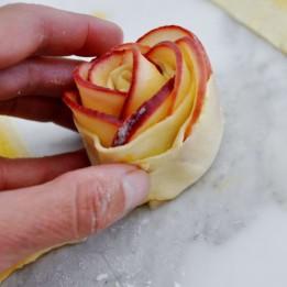 Пирожные из яблок в форме розочки
